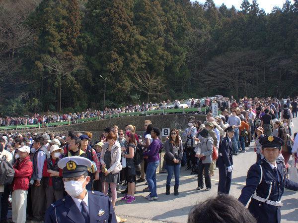 少し前の撮った火渡りに参加する人の列。手前から丘の向こうまでずっと続いている。