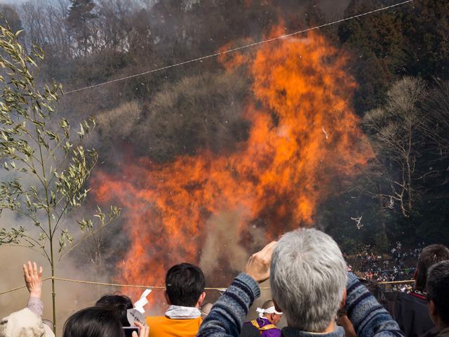煙が落ち着くと猛々しい炎が舞い上がる。