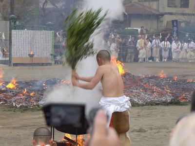 草でヴァッサーと体にかける。湯加持(ゆかじ)と呼ばれる身を清める儀式。