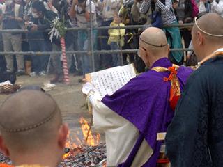 高齢の僧侶が、僕の数百倍の声量で巻物を読み上げていく。