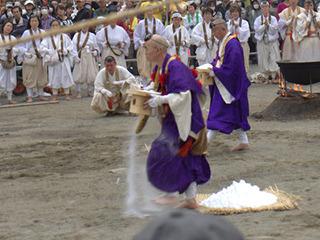 足下にたんまり盛られた塩を踏んだ後、塩をまきながら火を渡る。