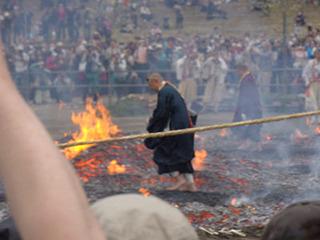 やっぱり結構熱いらしく、急いで渡る僧侶もいる。