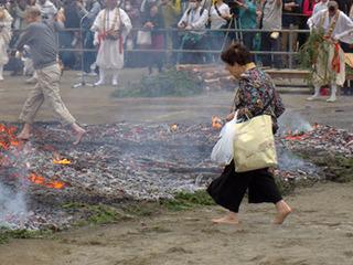 おかあさん、そっちは伊勢丹じゃないですよ。火の上ですよ。