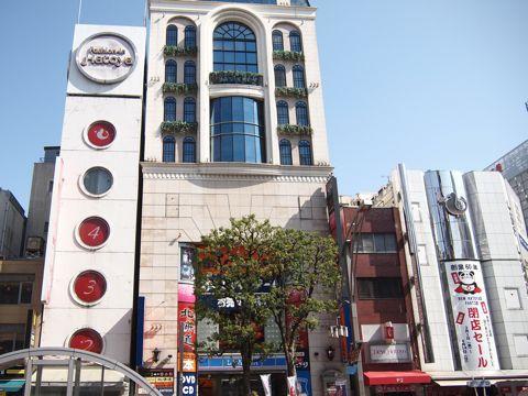 左がハトヤ、建物はさんだ右がニューハトヤ。鳩のマークが素敵。