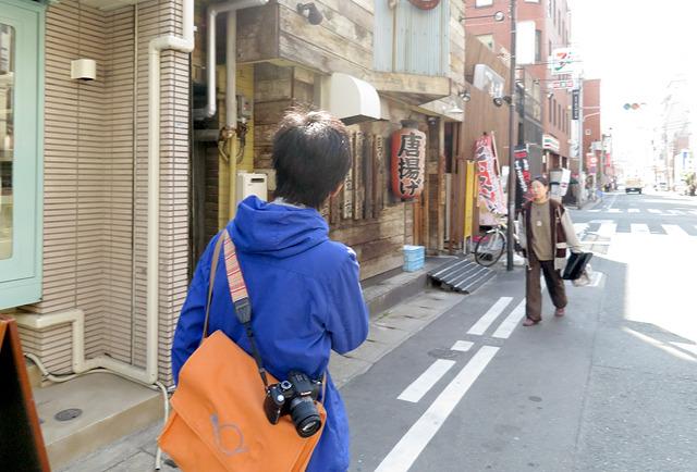「まずお見せしたいのが、ちょっと変わった建て書きでして…」と福岡の街を案内してくれたよりよりさん。