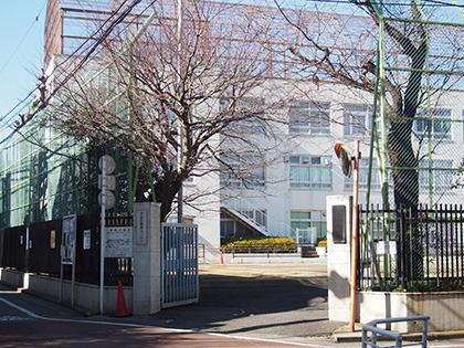 廃校になった原宿中学校の校舎を再利用した施設が会場。