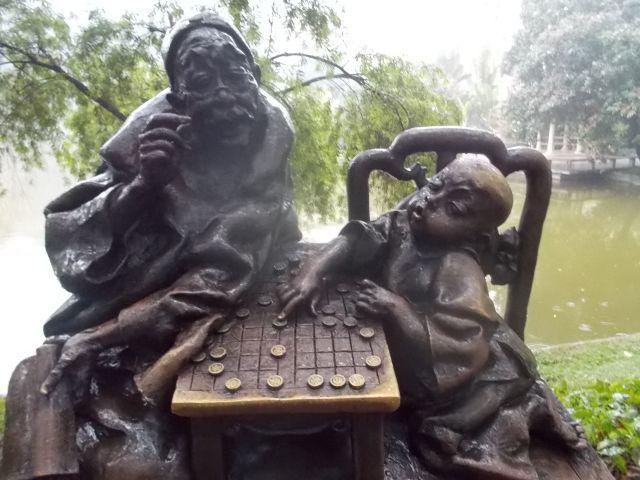 爺登場。中国将棋をさす子供。表情がたまらない。