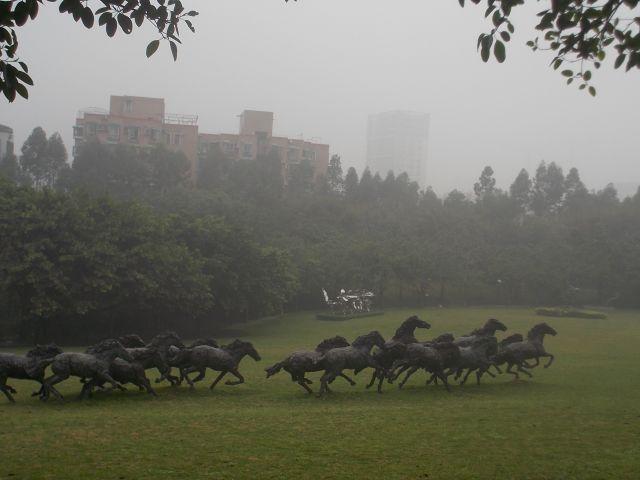 草原に馬の大群(彫刻)が走り