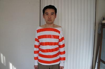家にあったボーダー柄シャツの襟口を切り取って拡大し、ずるかわシャツへとアレンジ。