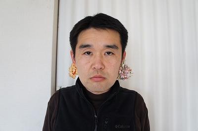 小顔効果というより、「ん?耳に何ついてんの?」と、顔から注意を逸らす方向性の作戦にも見える。