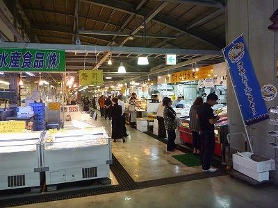 潔く負けを認め、すみやかに魚市場へ
