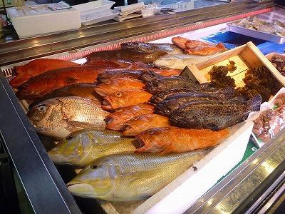 沖縄らしい色とりどりの、ちょっと見慣れぬ魚が並ぶ。