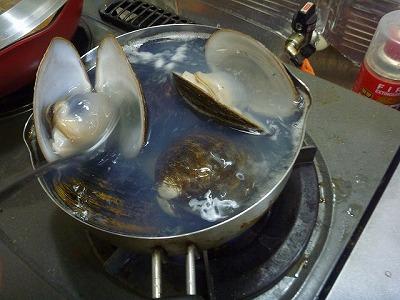 シレナシジミは数個放り込むだけで鍋が溢れかえりそうに。事前の泥抜きも忘れてはならない。