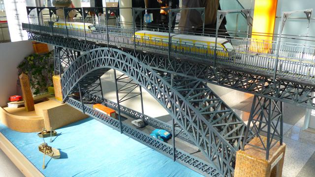 女子高生が作ったスペインの鉄橋の模型