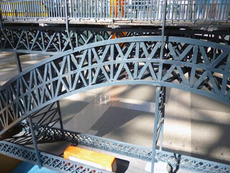 この橋のシンボルであるダイナミックなアーチ