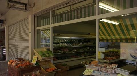 シャッターの閉まった店が多い中、貴重な店舗