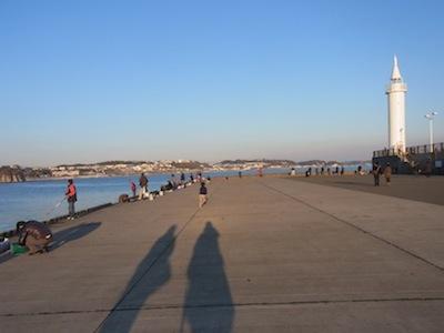 場所はヨットハーバーそばの大堤防に決定。