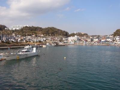 バブリーでデコラーティブな複合施設、逗子マリーナに隣接した漁港。