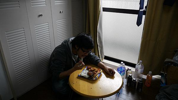 華やかな食卓を実現する前の私の食事風景