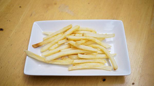 お皿だけでは華やかさ不足。やはりケチャップの入ったお皿が必要だ!
