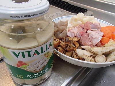 鶏肉、レンコン、ニンジン、ゴボウ、干しシイタケ、コンニャク。あと、タケノコではなくパルミット。