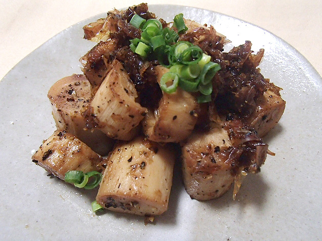 パルミットの鰹節黒胡椒炒め。白ウインナー炒めにも見える。