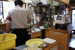 厨房への扉には「乗務員室」の文字