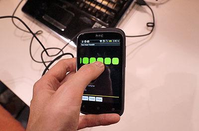 スマートフォンの画面をタッチして、トン、ツー、トン、ツーってやる