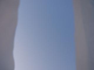 視界がさえぎられた空。ポエムを詠んでしまいそうな気分だ