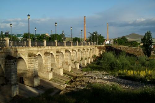 橋の先に見えた煉瓦造りの煙突