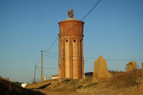 給水塔の上にもコウノトリの巣