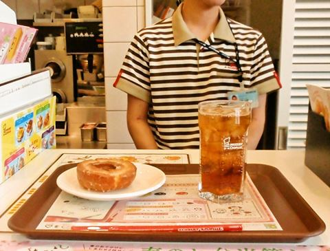 ソラマチ先行発売中のキティちゃんドーナツからハニーに推し変したソラマチの店員さん。