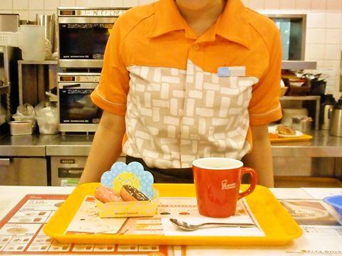 西新井の女性店員さんはかわいらしいポン・デ・Jrをおすすめ。
