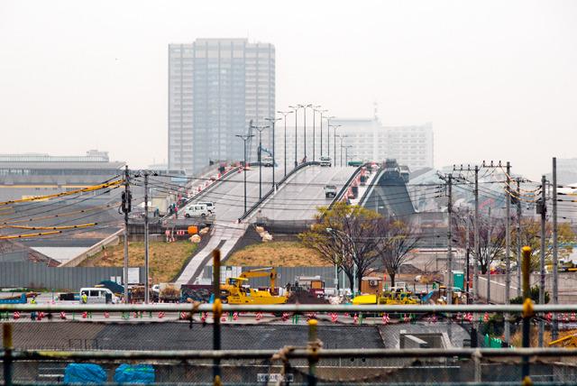つなげていく先は有明方面。見ると、すでに架かっている(が、まだ開通はしていない)豊洲大橋が見える。そうか、あそこにつながるのか!