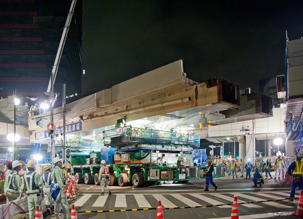 首都高八重洲線の桁をはずしちゃう!という大胆なショー。(「高架橋を一晩で撤去する様子を見に行った!」より)