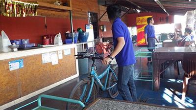 飲食店は料理や飲み物を釣り場まで配達してくれる。自転車で。