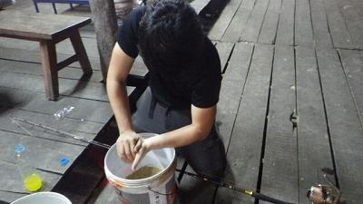 米ぬかでダンゴを作る。意外と力仕事だ。