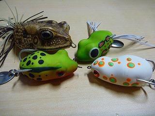釣り堀で売られていたカエル型ルアーがあまりにも可愛かったのでついついまとめ買いしてしまった。日本じゃ使うあてもないのに。