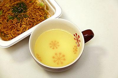お湯は色も味も薄いので味付け必須だ。