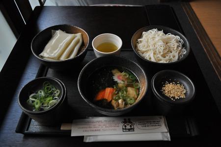 麺比べセット1600円。左から群馬県のひもかわうどん、栃木県の耳うどん、宮城県の白石温麺。