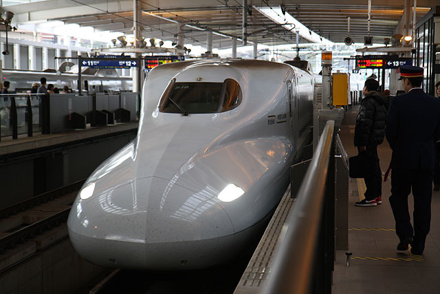 大阪から鹿児島まで直通する九州新幹線・さくら。久しぶりに新幹線が駅を通過するのを見て、その速さに度肝を抜かれた。