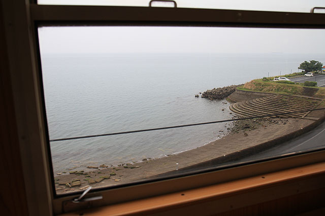 列車はほぼずっと海沿いを走る。