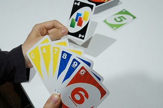 場のカードからすると他に出せるカードがないのでワイルドドロー4を「出せる」→