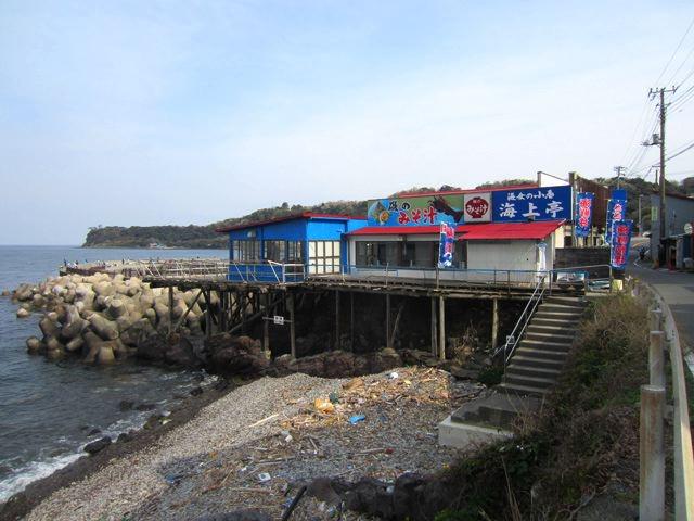 着いたぜ、味噌汁専門店、「海女の小屋 海上亭」。すごい場所にあるなあ!