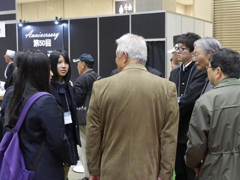 会場はおじいちゃん多し。高校生を見つけるとみんな話しかけてあっというまに人気者に。