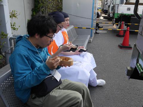 団体戦の前に昼ごはん。みんなで食べてるところに入れてもらった