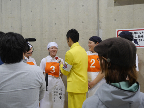 テレビも取材にきてた。長谷川さんは小島よしおにギャグを披露し、本人からギャグをやってもらう快挙達成