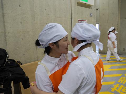なぐさめあってるのか健闘をたたえあってるのか、山田さんと長谷川さん