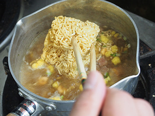 水が沸騰したら、立体的な麺とかやくを入れて煮る。