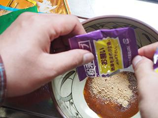 ラ王はスープ後入れ方式なので、丼に入れておくことに。